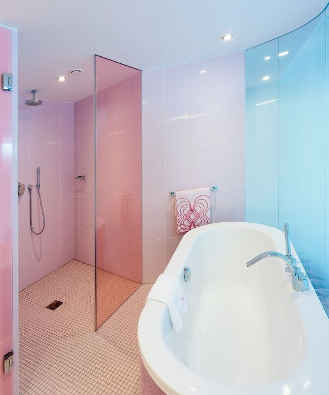 Duschglaswand Rosa Mit Badewanne Im Raum. Maßgeschneiderte Lösungen Für Ihr  Badezimmer